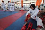 Atlet Karate Jawa Timur Geby Dara Ayu Salsabillah memasang pelindung kaki sebelum berlatih tanding di Surabaya, Jawa Timur, Senin (20/9/2021). Tim Karate Jawa Timur menurunkan 15 atletnya untuk bertanding di PON Papua pada bulan Oktober mendatang. Antara Jatim/Didik Suhartono/zk