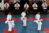 Atlet Karate Kata beregu putri Jawa Timur Jazillahnur Annisa (kiri), Nurina Dyatika (tengah) dan Thalya Rosa Setiawan (kanan) menunjukkan teknik Karate saat berlatih di Surabaya, Jawa Timur, Senin (20/9/2021). Tim Karate Jawa Timur menurunkan 15 atletnya untuk bertanding di PON Papua pada bulan Oktober mendatang. Antara Jatim/Didik Suhartono/zk