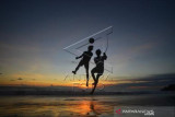 Bermain Sepakbola Jelang Senja Di Pantai Padang