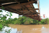 Seorang bocah melompat dari jembatan di atas aliran Sungai Manggatal, desa penyangga Taman Nasional Bukit Tigapuluh (TNBT), Muara Sekalo, Sumay, Tebo, Jambi, Minggu (19/9/2021). Sungai Manggatal di desa penyangga yang berjarak sekitar 18 kilometer dari TNBT tersebut tengah dikembangkan oleh sejumlah pemuda setempat untuk menjadi wisata susur sungai. ANTARA FOTO/Wahdi Septiawan/wsj.