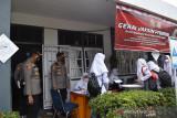 Pelajar di SMA Al-Istiqomah Pasbar divaksinasi dalam kegiatan digelar Polres setempat
