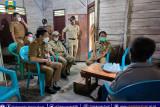 Bupati dan Wakil Bupati Pesisir Barat santuni warga yang alami penyakit gatal-gatal