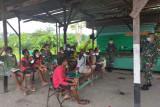 Satgas TNI Yonif 512 beri bimbingan belajar anak di perbatasan RI-PNG