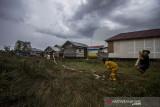 Sejumlah relawan berupaya memadamkan kebakaran lahan yang mendekati rumah warga di Kecamatan Liang Anggang, Banjarbaru, Kalimantan Selatan, Selasa (21/9/2021). Kencangnya angin di lokasi yang terbakar membuat api dengan cepat membakar lahan yang diperkirakan mencapai puluhan hektare hingga kini BPBD Kota Banjarbaru dibantu relawan pemadam kebakaran Kota Banjarmasin berupaya memadamkan api yang mendekati permukiman penduduk di daerah setempat. Foto Antaranews Kalsel/Bayu Pratama S.