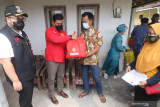 Kepala Badan Intelijen Negara (BIN) daerah Jawa Timur Marsma Rudy Iskandar (kedua kiri) didampingi Bupati Kediri Hanindhito Himawan Pramana (kiri) memberikan bantuan sembako saat meninjau vakasinasi COVID-19 door to door di Desa Turus, Kediri, Jawa Timur, Selasa (21/9/2021). BIN memberikan sebanyak 6000 dosis Vaksin COVID-19 untuk masyarakat Kediri berusia 12 tahun ke atas guna meningkatkan kekebalan komunal. Antara Jatim/Prasetia Fauzani/zk