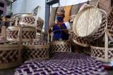 Perajin menyelesaikan pembuatan rantang untuk hantaran di sentra kerajinan bambu Gintangan, Banyuwangi, Jawa Timur, Selasa (21/9/2021). Salah satu pemilik usaha kerajinan bambu di daerah itu Untung Hermawan mengaku usahanya mulai bangkit terutama untuk pembuatan rantang bambu untuk hantaran seiring diperbolehkan kembali masyarakat menggelar hajatan. Antara Jatim/Budi Candra Setya/zk