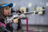 Atlet menembak 10 m Air Rifle Women's Dewi Laili menjalani latihan rutin di lapangan tembak KONI Cimahi, Kota Cimahi, Jawa Barat, Selasa (21/9/2021). Tim menembak Jawa Barat menargetkan perolehan sembilan medali emas pada ajang PON Papua. ANTARA FOTO/M Agung Rajasa/agr