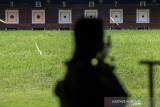 Tim atlet menembak 50m Rifle 3 Positions Men's Trisnarmanto menjalani latihan rutin di lapangan tembak KONI Cimahi, Kota Cimahi, Jawa Barat, Selasa (21/9/2021). Tim menembak Jawa Barat menargetkan perolehan sembilan medali emas pada ajang PON Papua. ANTARA FOTO/M Agung Rajasa/agr