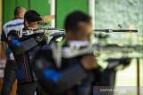 Tim atlet menembak 50m Rifle 3 Positions Men's Edi Susanto (tengah) dan Trisnarmanto (kanan) menjalani latihan rutin di lapangan tembak KONI Cimahi, Kota Cimahi, Jawa Barat, Selasa (21/9/2021). Tim menembak Jawa Barat menargetkan perolehan sembilan medali emas pada ajang PON Papua. ANTARA FOTO/M Agung Rajasa/agr