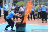 Petugas Lapas mempraktekkan cara memadamkan api saat pelatihan oleh petugas pemadam kebakaran di Lapas Kelas II B Indramayu, Jawa Barat, Selasa (21/9/2021). Pelatihan dan simulasi pemadaman api tersebut sebagai langkah kesiapsiagaan dan pengamanan petugas lapas ketika sewaktu-waktu terjadi kebakaran di wilayah lapas. ANTARA FOTO/Dedhez Anggara/agr
