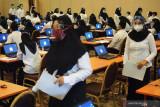Peserta secara teratur memasuki ruang ujian Seleksi Kemampuan Dasar Calon Aparatur Sipil Negara  2021 di Tulungagung, Jawa Timur, Selasa (21/9/2021). Pelaksanaan ujian SKD CASN 2021 yang diikuti lebih dari 2.500 peserta memperebutkan 171 formasi itu digelar dengan menerapkan protokol kesehatan ketat demi mencegah risiko penyebaran COVID-19.  Antara Jatim/Destyan Sujarwoko/zk