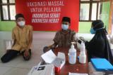 Petugas medis menyuntikkan vaksin COVID-19 kepada santri di Pondok Pesantren Al Ihsan Jampes, Kediri, Jawa Timur, Selasa (21/9/2021). Sebanyak 80 persen santri dari jumlah total 20 ribu santri berusia 12 tahun ke atas di Kediri telah mendapatkan suntikan vaksin COVID-19. Antara Jatim/Prasetia Fauzani/zk