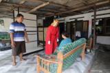 Petugas medis menenangkan warga usai mendapatkan suntikan vaksin saat layanan vaksinasi COVID-19 di halaman rumahnya di Desa Turus, Kediri, Jawa Timur, Selasa (21/9/2021). Layanan vaksinasi COVID-19 dari rumah ke rumah tersebut guna memudahkan masyarakat berusia 12 tahun ke atas mendapatkan vaksin sebagai upaya mempercepat kekebalan komunal. Antara Jatim/Prasetia Fauzani/zk
