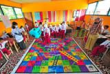 Dua guru mendampingi siswa kelas VI memainkan permainan ular tangga dengan tema konservasi di SDN 67, desa penyangga Taman Nasional Bukit Tigapuluh (TNBT), Muara Sekalo, Sumay, Tebo, Jambi, Senin (20/9/2021). Dinas Pendidikan dan Kebudayaan Kabupaten Tebo telah memasukkan muatan lokal pendidikan lingkungan hidup di semua sekolah tingkat SD hingga SMP sederajat di daerah itu sebagai upaya menumbuhkan generasi sadar lingkungan sejak dini. ANTARA FOTO/Wahdi Septiawan/aww.