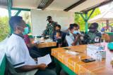 Satgas TNI Yonif 131 layani vaksinasi bagi warga di perbatasan RI-PNG
