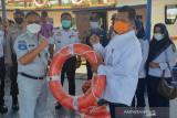 Tinjau Pelabuhan Mengkapan Buton, Kepala Jasa Raharja serahkan bantuan alat keselamatan
