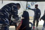 TNI AL lakukan vaksinasi masyarakat Sorong di KRI dr Soeharso 990