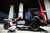 Tim riset pengembangan kendaraan listrik Autonom Institut Teknologi Telkom Surabaya (ITTS) menyiapkan truk listrik untuk diuji coba di Surabaya, Jawa Timur, Rabu (22/9/2021). Kendaraaan listrik  berjenis truk yang dikembangkan oleh tim riset pengembangan kendaraan listrik autonom ITTS bekerja sama dengan PLN tersebut untuk mengurangi polusi udara yang memiliki spesifikasi di antaranya kecepatan 40 km/jam, kapasitas baterai 10 kwH (105 V dan 96 Ah), motor listrik 50 kW, sistem penggisian daya (charging) 2-3 jam serta dilengkapi