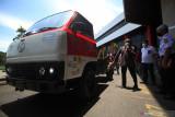 Rektor Institut Teknologi Telkom Surabaya (ITTS) Tri Arief Sardjono (kiri) menjelaskan tentang spesifikasi truk listrik kepada para tamu undangan sebelum diuji coba di Surabaya, Jawa Timur, Rabu (22/9/2021). Kendaraaan listrik  berjenis truk yang dikembangkan oleh tim riset pengembangan kendaraan listrik autonom ITTS bekerja sama dengan PLN tersebut untuk mengurangi polusi udara yang memiliki spesifikasi di antaranya kecepatan 40 km/jam, kapasitas baterai 10 kwH (105 V dan 96 Ah), motor listrik 50 kW, sistem penggisian daya (charging) 2-3 jam serta dilengkapi