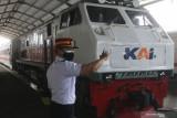 Sejumlah petugas beraktivitas di Stasiun Kota Kediri, Jawa Timur, Rabu (22/9/2021). PT Kereta Api Indonesia Daop 7 kembali mengoperasikan perjalanan kereta api ke sejumlah daerah di Jawa TImur yang daerah status Pemberlakuan Pembatasan Kegiatan Masyarakat (PPKM) level 1 dan level 2 dengan menerapkan protokol kesehatan. Antara Jatim/Prasetia Fauzani/zk