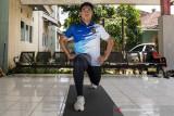 Atlet menembak putra Jawa Barat Fathur Gustafian melakukan latihan fisik dan peregangan otot di Kota Cimahi, Jawa Barat, Rabu (22/9/2021). Fathur Gustafian merupakan salah satu atlet yang akan memperkuat tim menembak Jawa Barat dan bertanding di tiga nomor cabor menembak pada PON Papua. ANTARA FOTO/M Agung Rajasa/agr