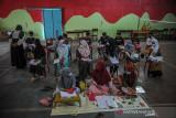Sejumlah siswa menerima materi asesmen kompetensi minimum kepada siswa SDN Hegarmanah di sebuah GOR bulutangkis di Tanjungsari, Kabupaten Sumedang, Jawa Barat, Rabu (22/9/2021). Pemberian materi tersebut ditujukan untuk persiapan menghadapi asesmen nasional yang dilaksanakan untuk pemetaan pendidikan di Indonesia. ANTARA FOTO/Raisan Al Farisi/agr