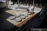 Perajin menyelesaikan produksi guci keramik di Kampung Cibuntu, Desa Mekarbakti, Kabupaten Sumedang, Jawa Barat, Rabu (22/9/2021). Produk keramik yang dijual dari harga puluhan ribu hingga puluhan juta rupiah tersebut diminati oleh pasar dalam negeri hingga dapat menjual ke berbagai negara di Amerika dan Afrika. ANTARA FOTO/Raisan Al Farisi/agr