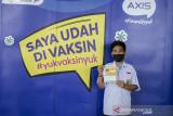Pelajar menunjukkan bukti telah divaksin COVID-19 di Sasana Budaya Ganesa Institut Teknologi Bandung, Jawa Barat, Rabu (22/9/2021). Program vaksinasi yang didukung AXIS dari XL Axiata ini diikuti lebih dari 2.000 orang pelajar dan mahasiswa dari Bandung dan sekitarnya sebagai komitmen untuk mendukung upaya pemerintah melawan pandemi COVID-19 dalam percepatan vaksinasi di Indonesia. ANTARA FOTO/Novrian Arbi/agr