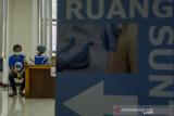Tenaga Kesehatan menyuntikkan vaksin COVID-19 dosis ke-2 kepada pelajar di Sasana Budaya Ganesa Institut Teknologi Bandung, Jawa Barat, Rabu (22/9/2021). Program vaksinasi yang didukung AXIS dari XL Axiata ini diikuti lebih dari 2.000 orang pelajar dan mahasiswa dari Bandung dan sekitarnya sebagai komitmen untuk mendukung upaya pemerintah melawan pandemi COVID-19 dalam percepatan vaksinasi di Indonesia. ANTARA FOTO/Novrian Arbi/agr