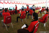 Sejumlah warga binaan antre untuk mendapatkan suntikan vaksin COVID-19 di Lembaga Pemasyarakatan (Lapas) Pemuda Kelas IIA Madiun, Jawa Timur, Selasa (21/9/2021). Sebanyak 750 orang warga binaan di lembaga pemasyarakaan tersebut mengikuti vaksinasi suntikan dosis pertama vaksin Astrazeneca. Antara Jatim/Siswowidodo/zk