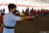 Petugas mengatur antrean saat vaksinasi COVID-19 pada warga binaan di Lembaga Pemasyarakatan (Lapas) Pemuda Kelas IIA Madiun, Jawa Timur, Selasa (21/9/2021). Sebanyak 750 orang warga binaan di lembaga pemasyarakaan tersebut mengikuti vaksinasi suntikan dosis pertama vaksin Astrazeneca. Antara Jatim/Siswowidodo
