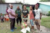 Pemuda Jayawijaya membantu makanan untuk anak jalanan