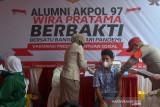 ALUMNI AKPOL GEKAR  VAKSINASI UNTUK PELAJAR. Petugas kesehatan menyuntikkan vaksin COVID-19 kepada pelajar saat vaksinasi COVID-19 di Desa Kajhu, Kabupaten Aceh Besar, Aceh, Senin (20/9/2021). Alumni Akpol 97 bersama Forkopimda Aceh menggelar vaksinasi COVID-19 untuk pelajar usia 12 - 17 tahun dalam upaya percepatan vaksinasi COVID-19 di Aceh dengan sasaran 577.015 siswa  dalam rangka persiapan belajar tatap muka di sekolah. ANTARA FOTO/Ampelsa