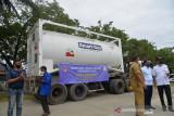 BANTUAN OKSIGEN CAIR UNTUK KEBUTUHAN PASIEN COVID RSUZA. Pejabat pemerintah Aceh bersama petugas kesehatan menyambut kedatangan  kedatangan mobil tangki bermuatan  oksigen cair di Rumah Sakit Umum Zainal Abidin, Banda Aceh, Aceh, Senin (20/9/2021). Bantuan oksigen cair seberat 22,7 ton dari KADIN itu untuk memenuhi kebutuhan rumah sakit dalam penanganan pasien COVID-19. ANTARA FOTO/Ampelsa.