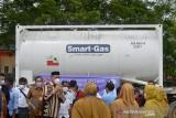 BANTUAN OKSIGEN CAIR UNTUK KEBUTUHAN PASIEN COVID RSUZA. Gubernur Aceh, Nova Iriansyah (ketiga kiri) bersama petugas kesehatan menyambut kedatangan mobil tangki bermuatan  oksigen cair di Rumah Sakit Umum Zainal Abidin, Banda Aceh, Aceh, Senin (20/9/2021). Bantuan oksigen cair seberat 22,7 ton dari KADIN itu untuk memenuhi kebutuhan rumah sakit dalam penanganan pasien COVID-19. ANTARA FOTO/Ampelsa.