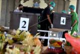 Petugas mengusung peti berisi jenazah terlantar yang akan dikremasi di kawasan Nusa Dua, Badung, Bali, Kamis (23/9/2021). RSUP Sanglah melakukan kremasi terhadap 25 jenazah terlantar termasuk jenazah tanpa identitas agar tidak memenuhi ruang jenazah di rumah sakit tersebut. ANTARA FOTO/Fikri Yusuf/nym.