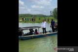 Presiden Jokowi naik perahu seberangi sungai untuk sapa warga