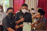 Warga eks transmigrasi Tanjung Kukuh OKU Timur  terima sertifikat tanah