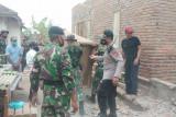 Polri-TNI bantu warga terdampak angin puting beliung di Lombok Tengah