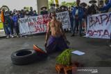 Aktivis mahasiswa yang tergabung dalam PMII Kota Tasikmalaya menggelar aksi teatrikal saat memperingati Hari Tani Nasional di halaman Balai Kota Tasikmalaya, Jawa Barat, Jumat (24/9/2021). Aksi tersebut menuntut untuk menyelesaikan penyelesaian konflik agraria di sejumlah daerah, menghentikan kriminalisasi terhadap petani dan mendorong memaksimalkan produksi hasil pertanian lokal serta memberhentikan alih fungsi lahan di Kota Tasikmalaya. ANTARA FOTO/Adeng Bustomi/agr