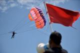 Penerbang pesawat tempur TNI AU terbang dengan parasut parasailing saat mengikuti latihan