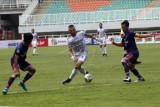Dua pesepak bola Persita Tangerang menempel ketat pesepak bola Bali United Ilija Spasojevic (tengah) dalam laga lanjutan Liga 1 di Stadion Pakansari, Kabupaten Bogor, Jawa Barat, Jumat (24/9/2021). Bali United menang dengan skor 2-1. ANTARA FOTO/Yulius Satria Wijaya,/nym.