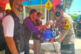 Polres Pekalongan Kota bagikan sembako kepada warga terdampak COVID-19