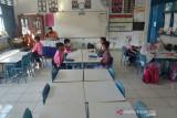 MURID SEKOLAH MULAI BELAJAR TATAP MUKA. Sejumlah murid mengikuti proses belajar mengajar di Sekolah Dasar Negeri 24, Banda Aceh, Aceh, Jumat, (24/9/2021). Pemerintah Aceh kembali mengizinkan sejumlah sekolah dari berbagai tingkatan pendidikan mengelar pembelajaran tatap muka terbatas dengan sistem pembagian shif dan menerapkan protokol kesehatan secara ketat setelah Aceh bebas dari zona merah kasus COVID-19. ANTARA FOTO/Ampelsa.