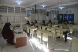 MURID SEKOLAH MULAI BELAJAR TATAP MUKA. Sejumlah murid mengikuti  proses belajar mengajar di Sekolah Madrasyah Tsanawiyah Negeri (MTsN) Model, Banda Aceh, Aceh, Jumat, (24/9/2021). Pemerintah kembali mengizinkan sejumlah sekolah dari berbagai tingkatan pendidikan menggelar pembelajaran tatap muka terbatas dengan sistem pembagian shif dan menerapkan protokol kesehatan secara ketat setelah Aceh bebas dari zona merah kasus COVID-19. ANTARA FOTO/Ampelsa.
