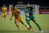 Pesepakbola Persebaya Surabaya Bruno Moreira (kanan) berusaha melewati pesepakbola Bhayangkara FC Putu Gede (kiri) saat berlaga pada lanjutan BRI Liga 1 di Stadion Si Jalak Harupat, Kabupaten Bandung, Jawa Barat, Jumat (24/9/2021). Pertandingan tersebut dimenangkan oleh Bhayangkara FC dengan skor 0-1. ANTARA FOTO/Raisan Al Farisi/agr