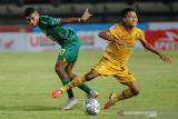 Pesepakbola Persebaya Surabaya Ricky Kambuaya (kiri) berduel dengan pesepakbola Bhayangkara FC Wahyu Subo Seto (kanan) saat berlaga pada lanjutan BRI Liga 1 di Stadion Si Jalak Harupat, Kabupaten Bandung, Jawa Barat, Jumat (24/9/2021). Pertandingan tersebut dimenangkan oleh Bhayangkara FC dengan skor 0-1. ANTARA FOTO/Raisan Al Farisi/agr