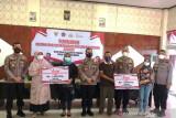 Polda Sumbar salurkan bantuan Rp240 juta untuk pedagang kecil