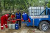 Petugas gabungan dari Palang Merah Indonesia (PMI) bersama Taruna Siaga Bencana (Tagana) mendistribusikan air gratis di Desa Kertasari, Pangkalan, Karawang, Jawa Barat, Sabtu (25/9/2021). PMI bersama Tagana mendistribusikan sebanyak 31 ribu liter air bersih untuk warga yang mengalami kesulitan air bersih sebanyak 595 Kartu Keluarga (KK). ANTARA FOTO/M Ibnu Chazar/agr