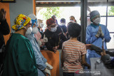 Gubernur Jawa Barat Ridwan Kamil berfoto dengan penyandang disabilitas saat meninjau gebyar vaksin bagi disabilitas di SLBN Cicendo, Bandung, Jawa Barat, Sabtu (25/9/2021). Ridwan Kamil menyatakan, hingga September 2021 jumlah penerima vaksin COVID-19 di Jawa Barat mencapai 21,6 juta warga dengan rata-rata penyuntikkan sebanyak 311.000 dosis perhari. ANTARA FOTO/Raisan Al Farisi/agr